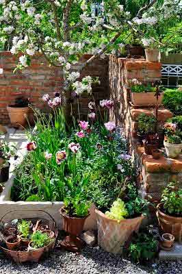 Informal collection of pots i- garden style ideas